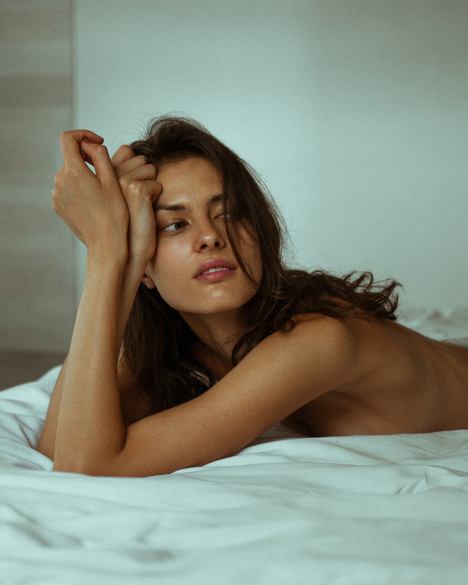 Balistarz-model-Aleksandra-Solokova-portrait-shoot-laying-on-a-bed