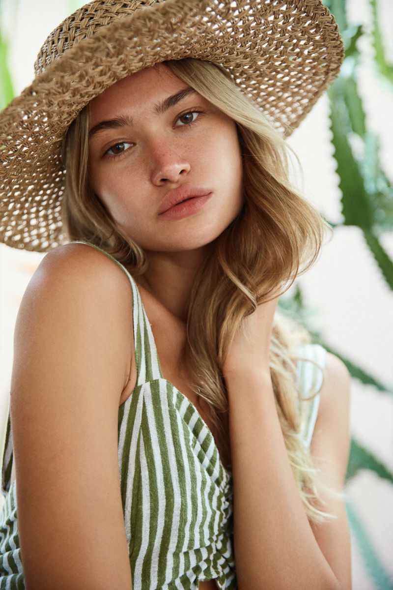 Balistarz-model-Alena-Samoshkina-portrait-casual-shoot-with-straw-hat