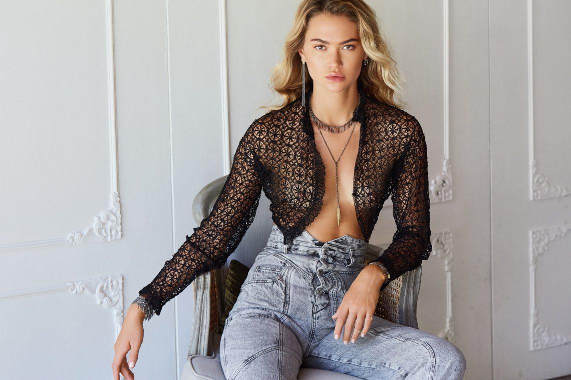 Balistarz-model-Alena-Samoshkina-landscape-shoot-sitting-on-a-chair-in-stylish-clothing-for-Marie