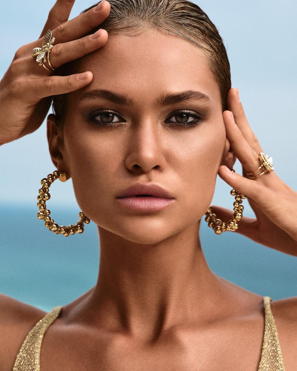 Balistarz-model-Alena-Samoshkina-portrait-closeup-shoot-with-golden-accessories