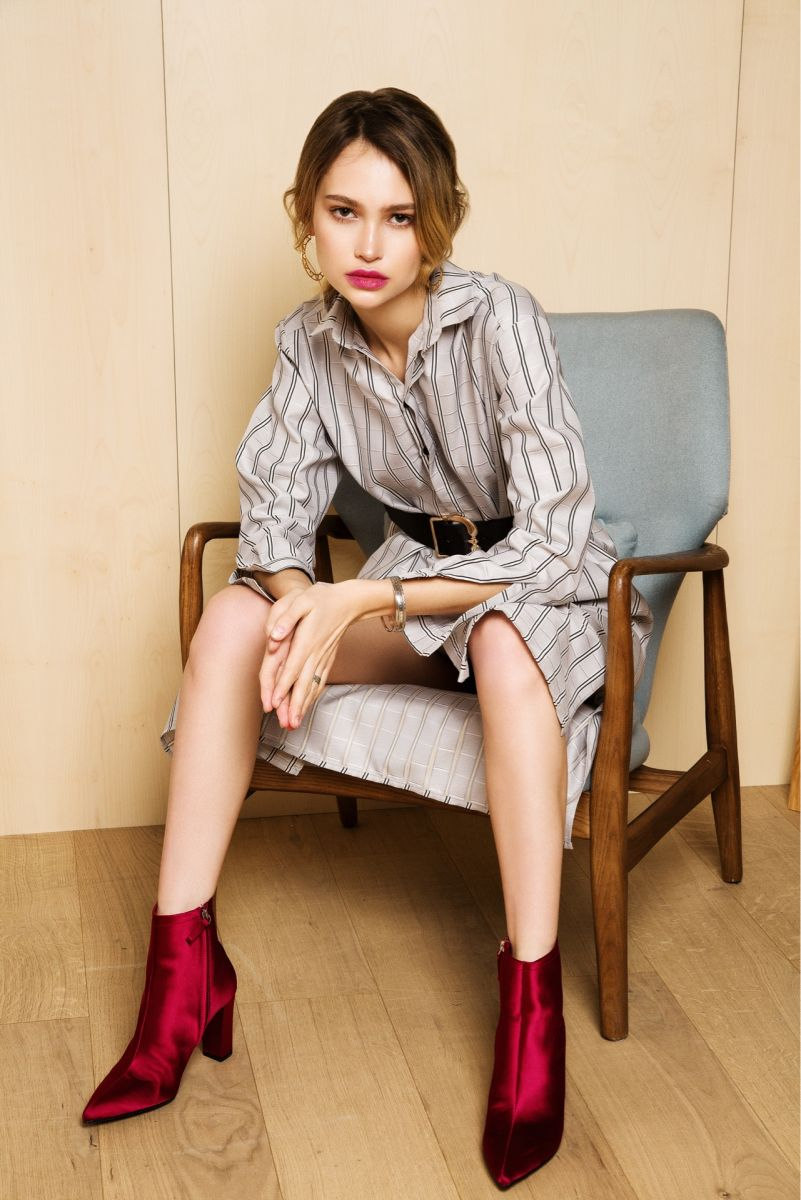 Balistarz-model-Alena-Samoshkina-shoot-in-a-coat-with-red-shoes-sitting-on-a-chair