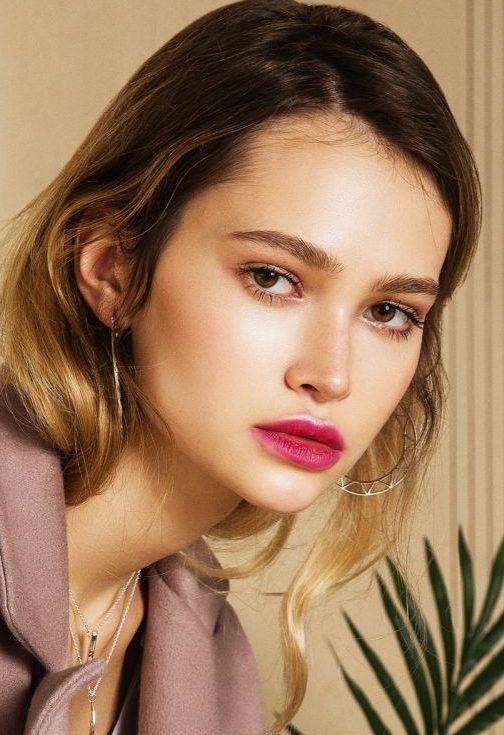 Balistarz-mode-Alena-Samoshkina-headshot-portrait-coat-and-leaf