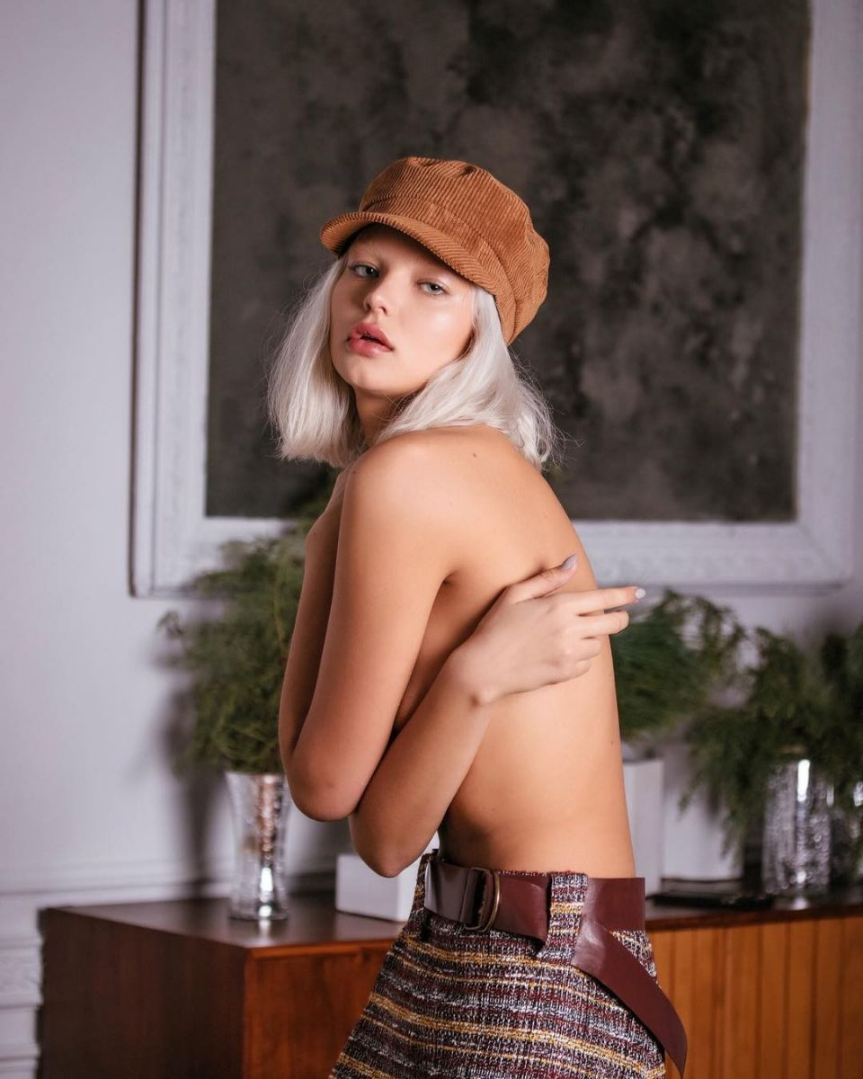 Balistarz-model-Alesya-Kafelnikova-portrait-shoot-with-a-hat-and-a-painting-and-plant
