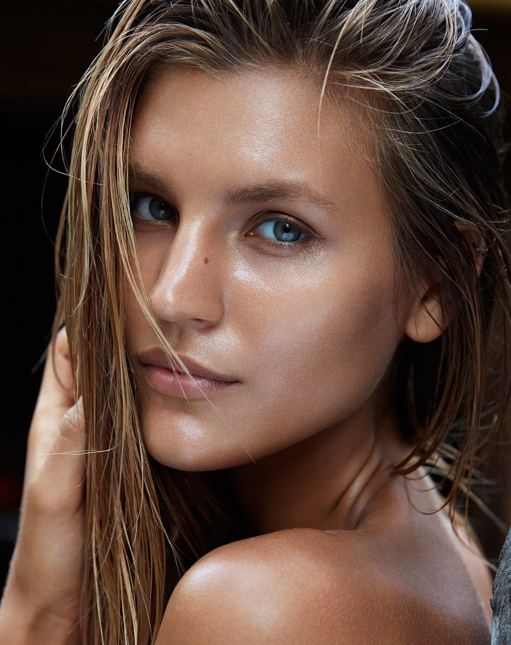Balistarz-model-Anastasia-Bluemoloko-head-close-up-portrait-sharp-in-color-beauty-look-at-camera