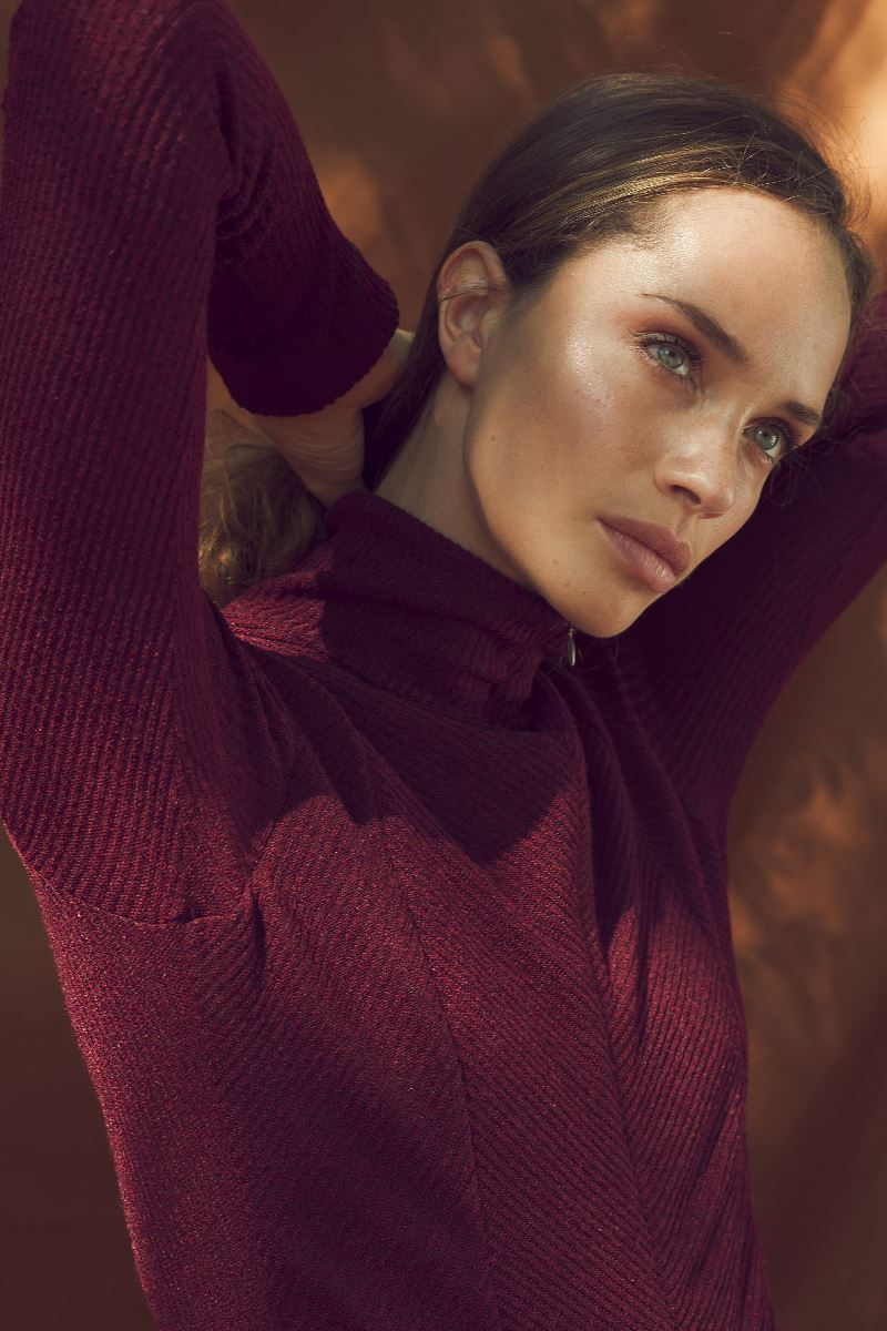 Balistarz-model-Anastasia-Yakhnina-portrait-shoot-in-a-red-turtleneck