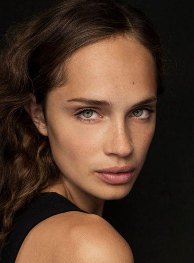 Balistarz-moodel-Anastasia-Yakhnina-headshot-portrait-shoot-in-a-black-top
