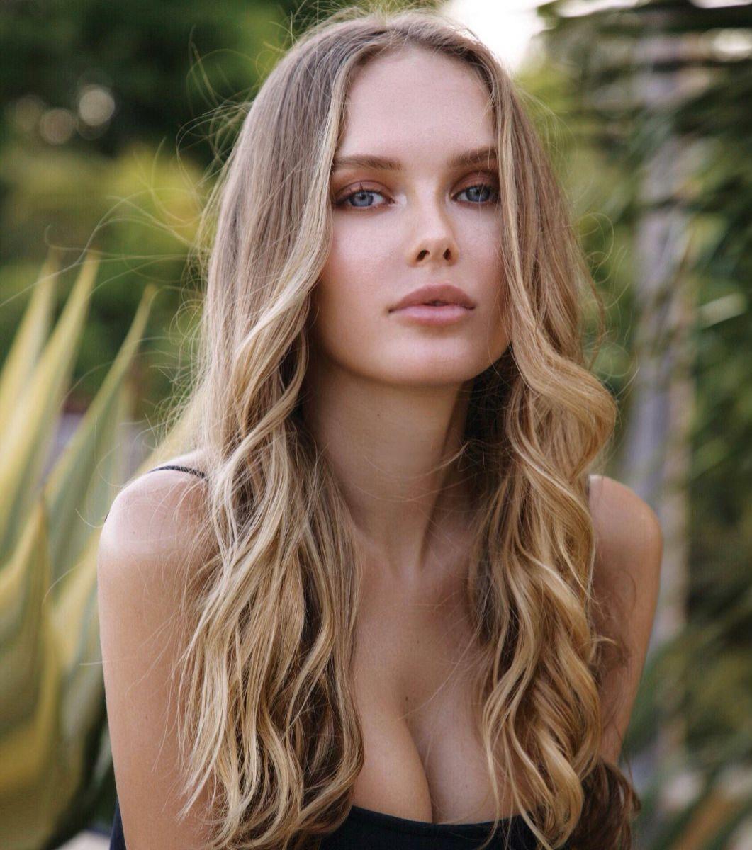 Balistarz-model-Angelina-Boyko-portrait-shoot-with-plants-in-trendy-top
