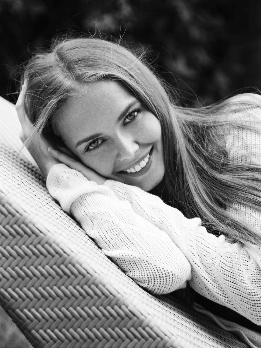 Balistarz-model-Angelina-Boyko-portrait-black-and-white-shoot-relaxing-on-a-chair-with-a-smile