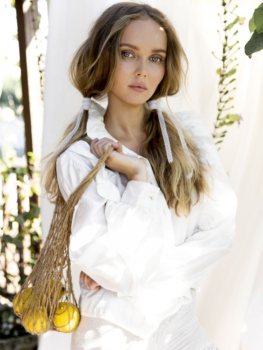 Balistarz-model-Angelina-Boyko-portrait-shoot-in-casual-clothing-holding-a-bag-with-fruits