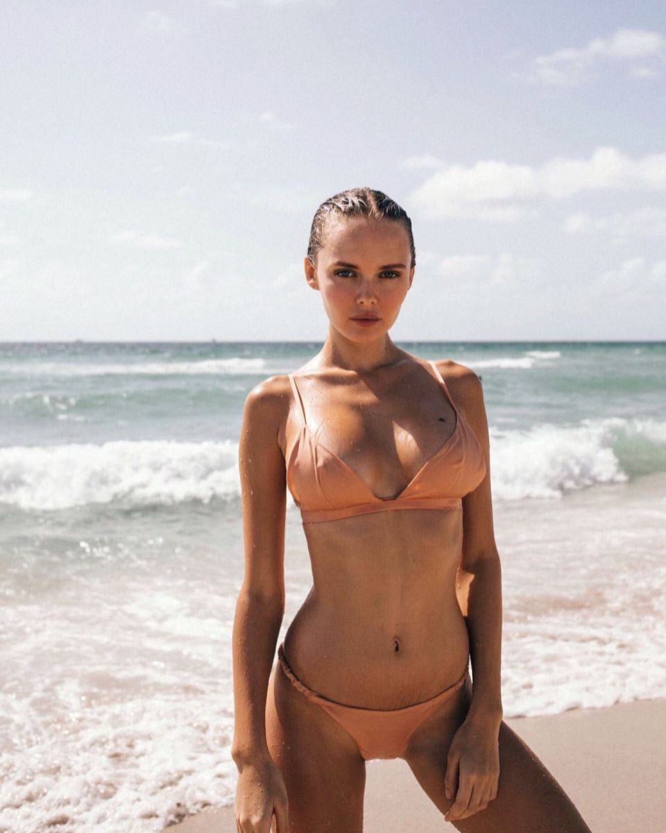 Balistarz-model-Angelina-Boyko-portrait-shoot-in-a-swimsuit-on-the-beach-with-waves