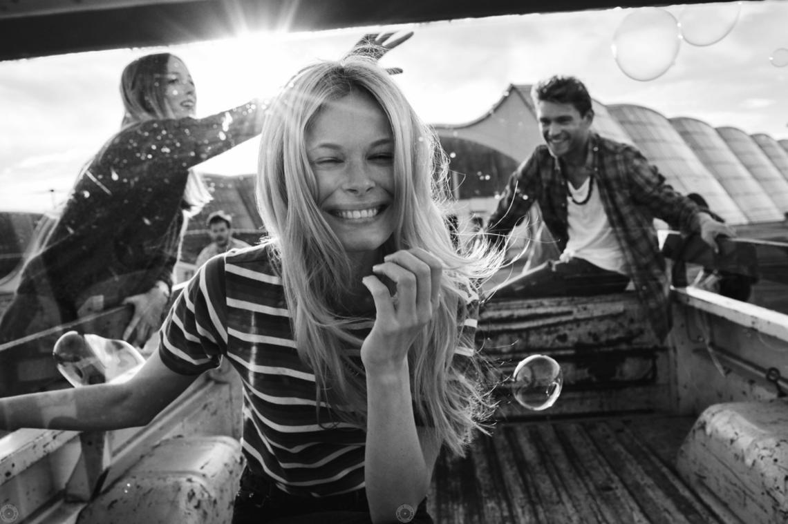 Balistarz-model-Anna-Hudson-smiling-outdoor-lifestyle-photoshoot