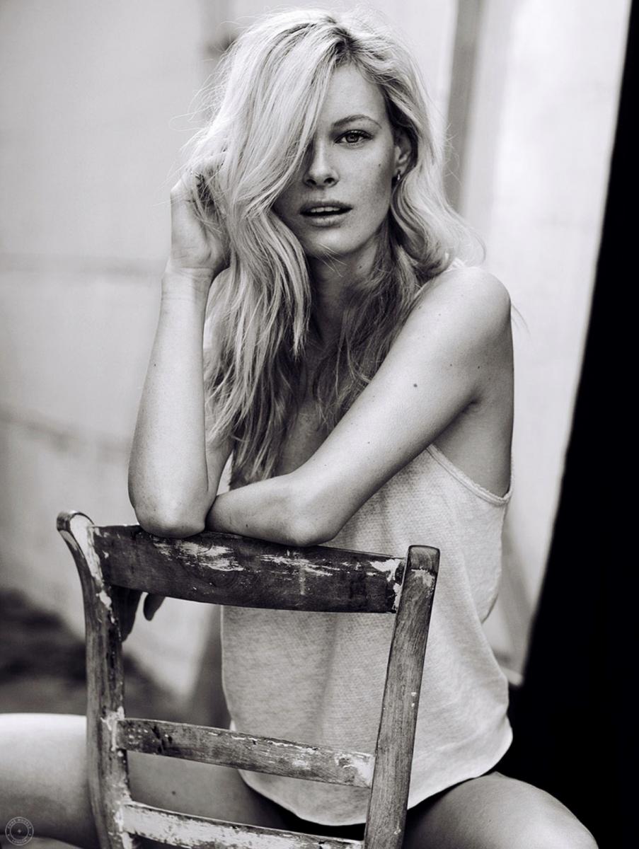 Balistarz-model-Anna-Hudson-portrait-duo-tone-sitting-at-the-chair