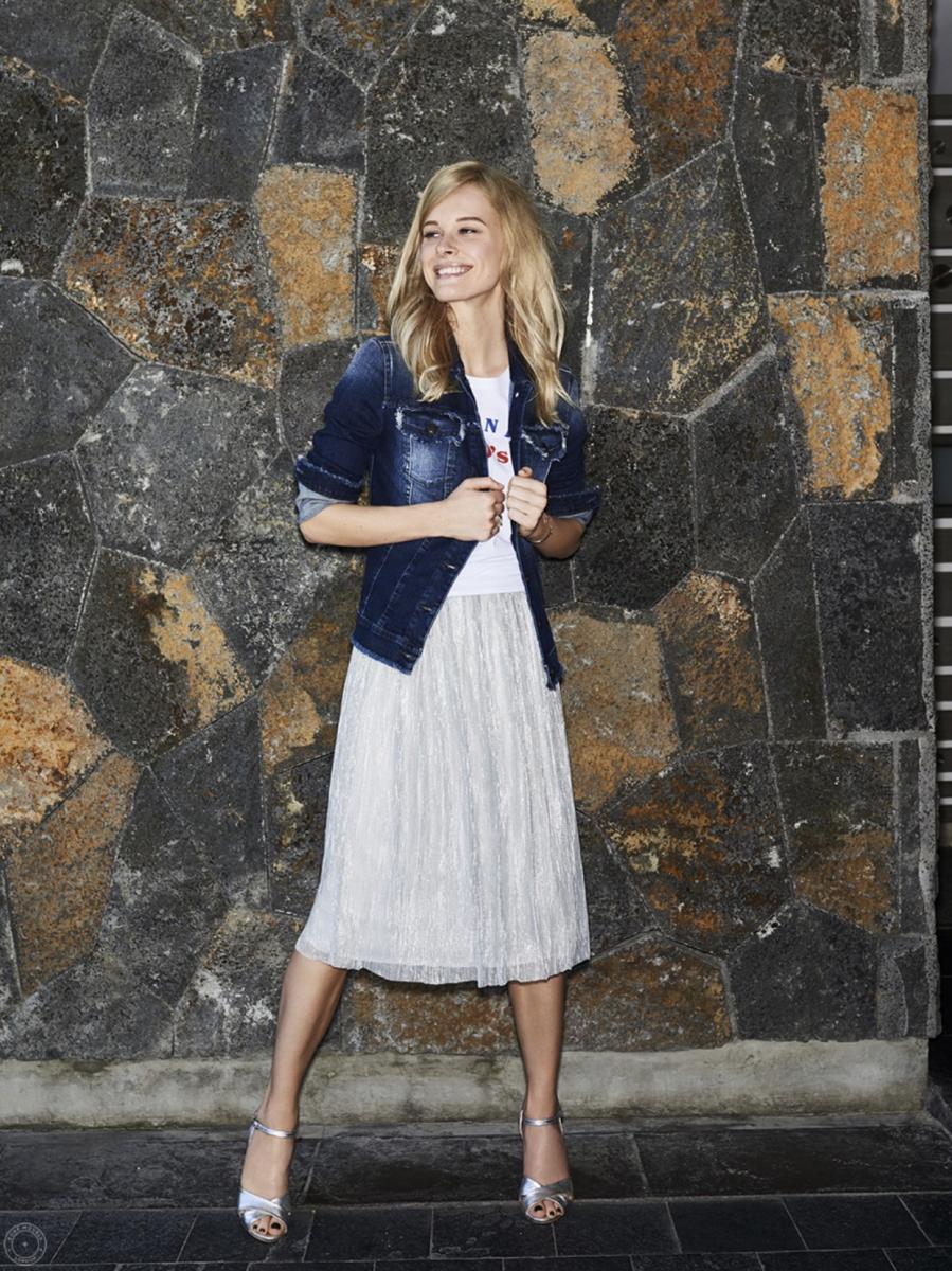 Balistarz-model-anna-Hudson-casual-fashion-look-wearing-jeans-jacket