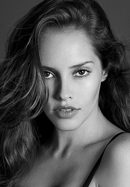 Balistarz-model-Anni-Barros-looking-like-a-angel-in-this-black-and-white-headshot.