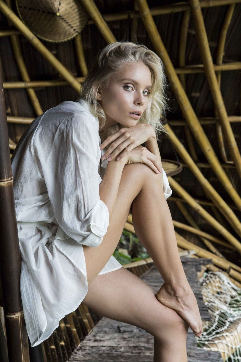 Balistarz-model-Aspen-Gerasimov-casual-portrait-wrappen-in-white-dress-at-a-bamboo-villa