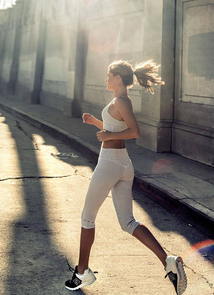 Balistarz-model-Brielle-Birkholm-Exercise-shoot-black-white-workout-clothes