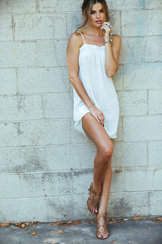 Balistarz-Brielle-Birkholm-white-wall-shoot-in-white-dress