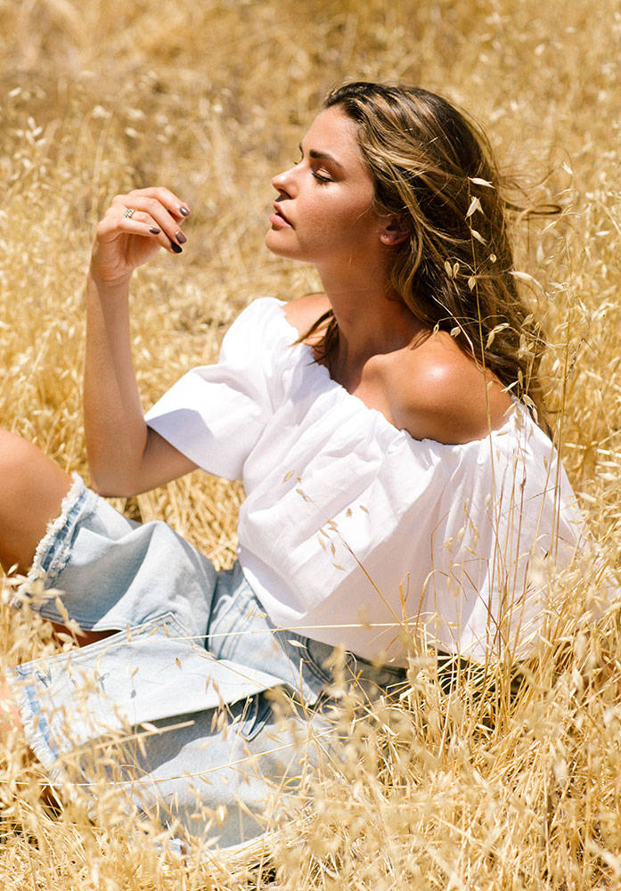 Balistarz-model-Brielle-Birkholm-outdoor-profile-shoot-golden-fields-white-clothes