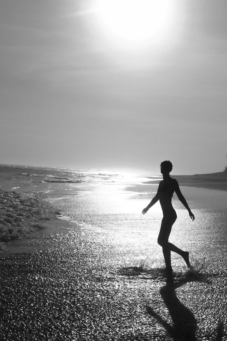 Balistarz-model-Brigita-Maldutyte-portrait-black-and-white-beach-shoot-running-across-the-sand
