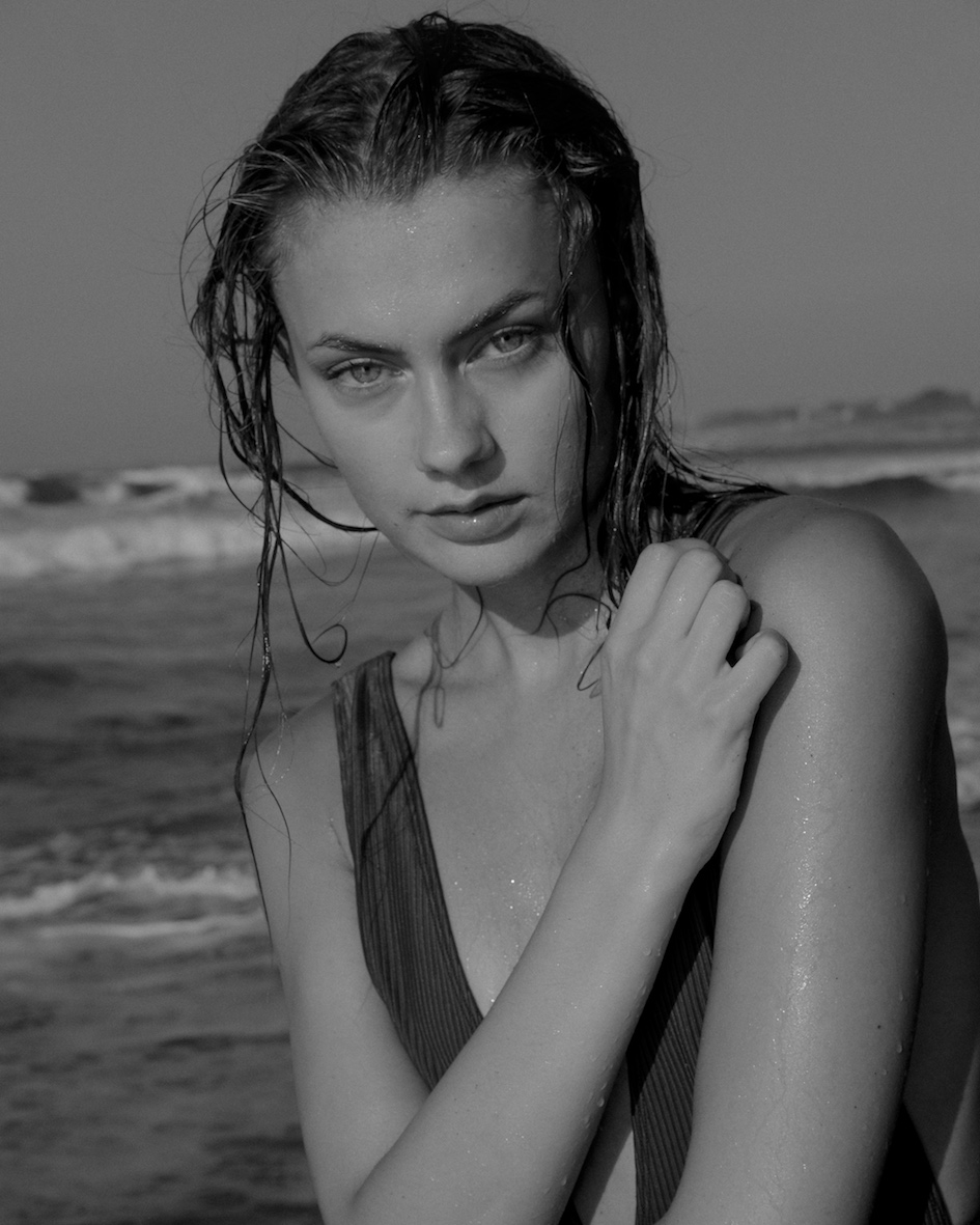 Balistarz-model-Brigita-Maldutyte-portrait-black-and-white-beach-shoot