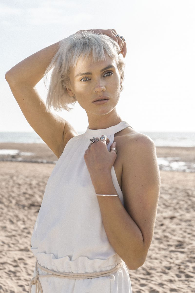 Balistarz-model-Chloe-Bell-portrait-shoot-in-a-white-clothing-on-the-beach-with-rings