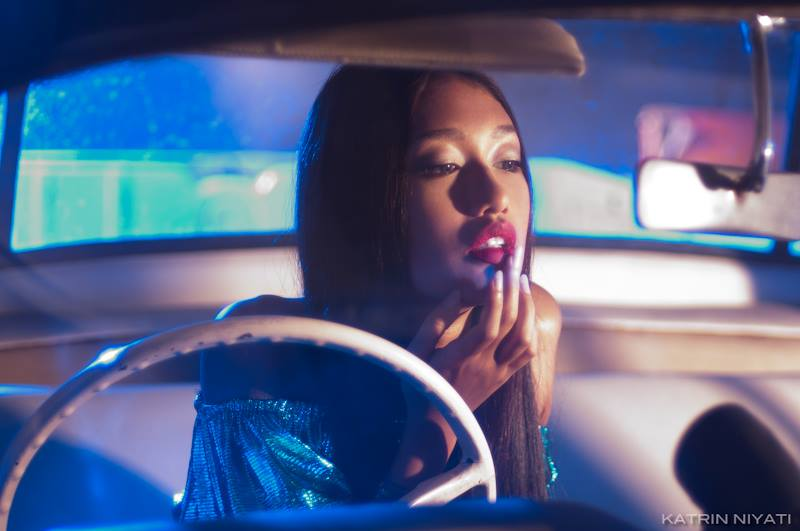 Balistarz-model-Claudia-Maretha-chic-fashion-shot-in-the-car-highlighting-bold-sexy-red-lips