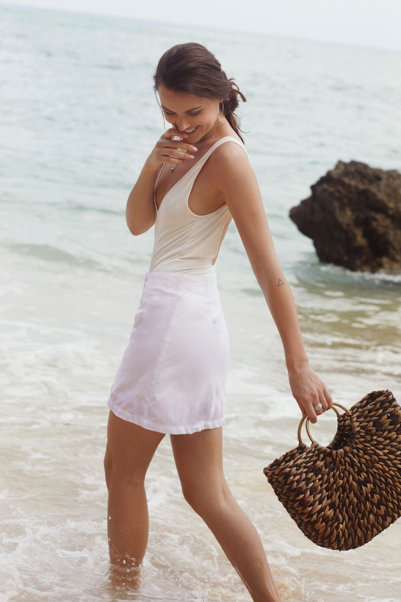 Balistarz-model-Diana-Mihaila-portrait-beach-shoot-in-a-white-dress-in-shallow-waters