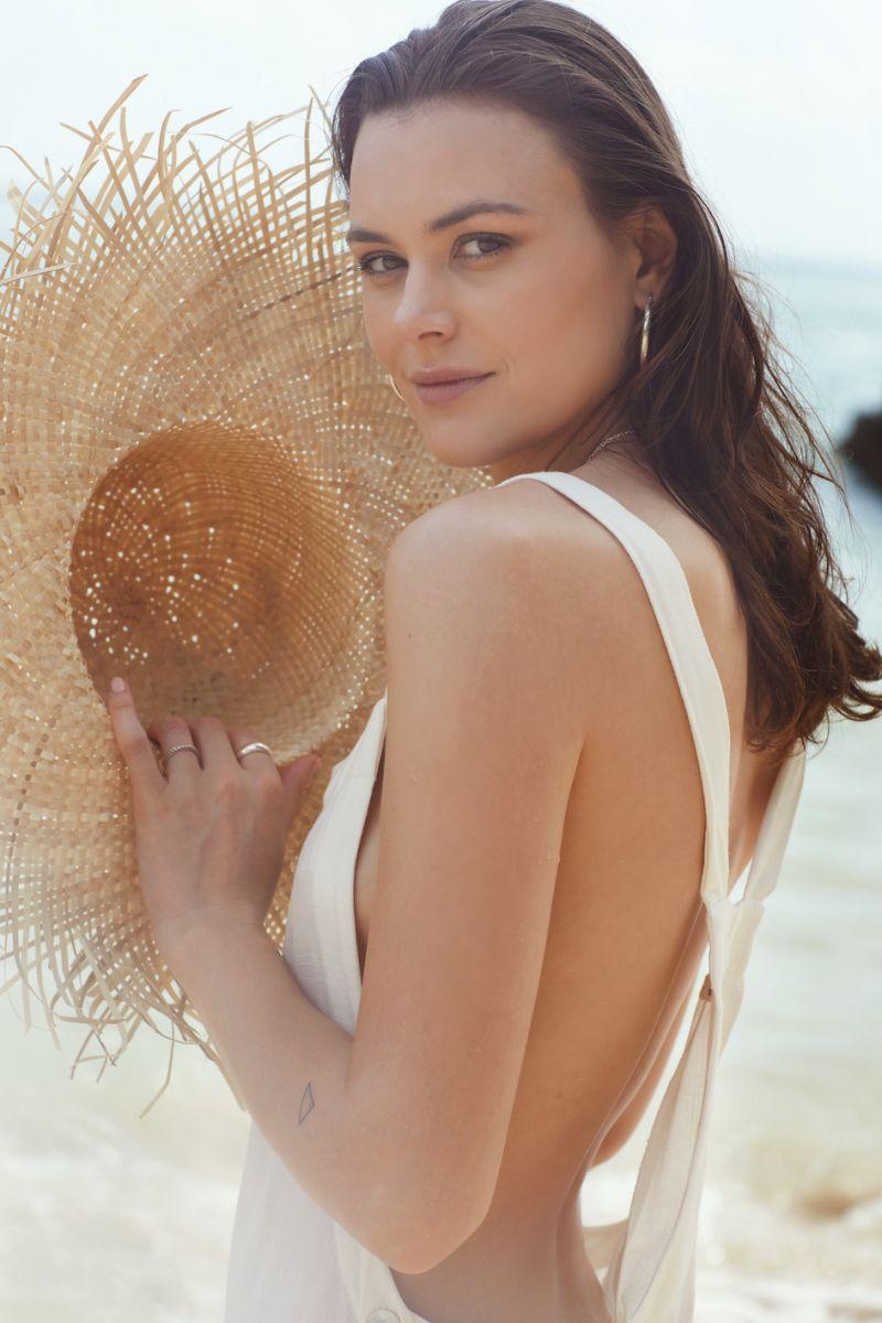 Balistarz-model-Diana-Mihaila-portrait-beach-shoot-with-a-sun-hat
