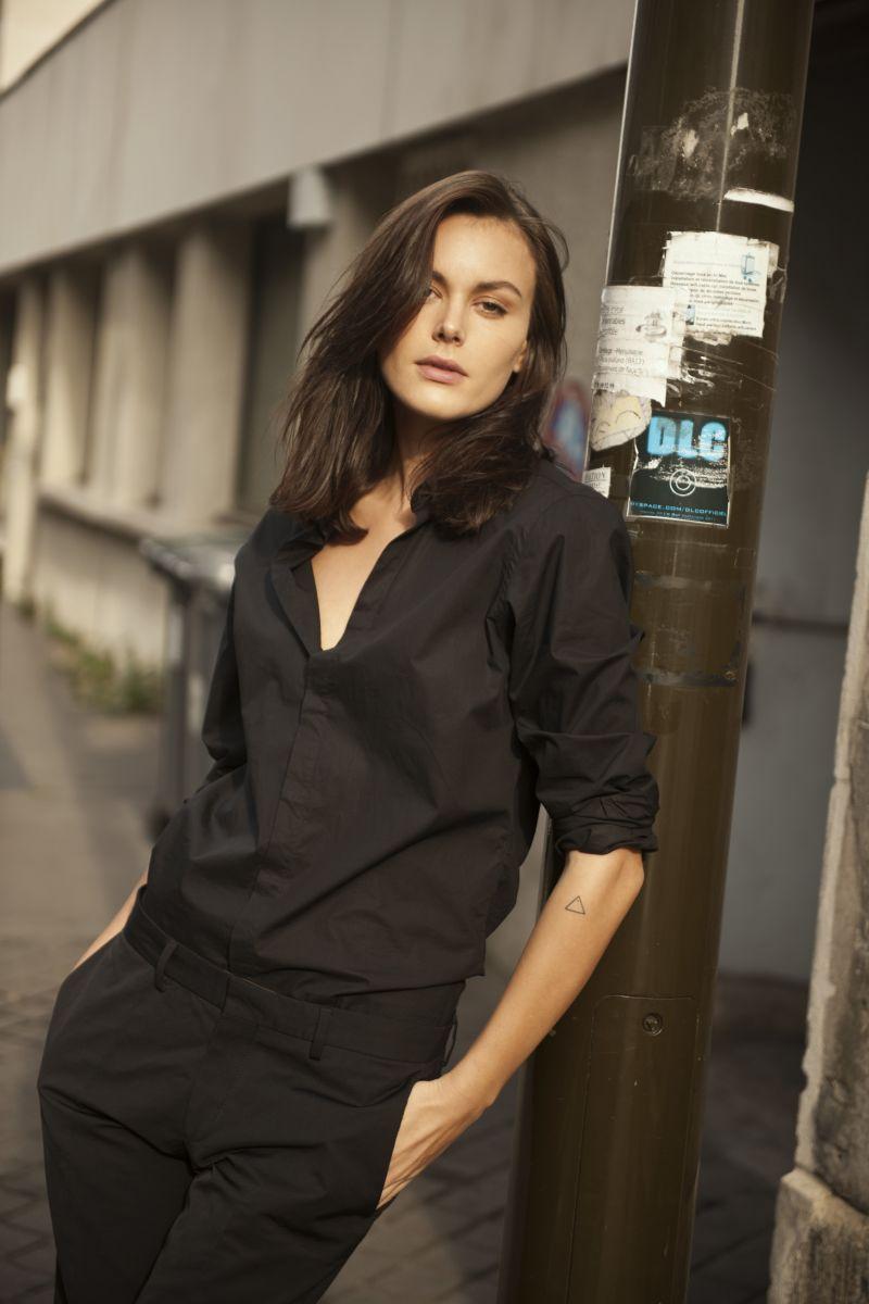 Balistarz-model-Diana-Mihaila-portrait-shoot-leaning-against-a-pole-in-black-clothing