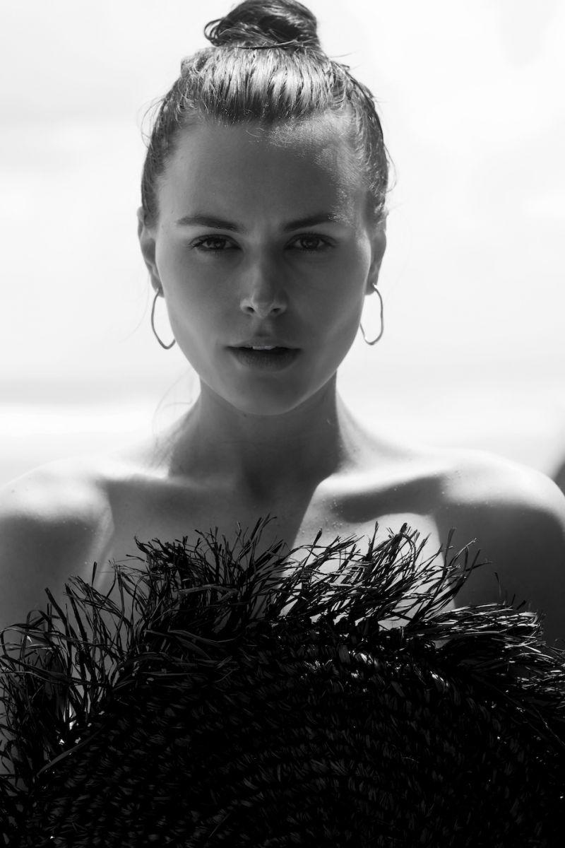 Balistarz-model-Diana-Mihaila-black-and-white-portrait-closeup-shoot-with-a-hat