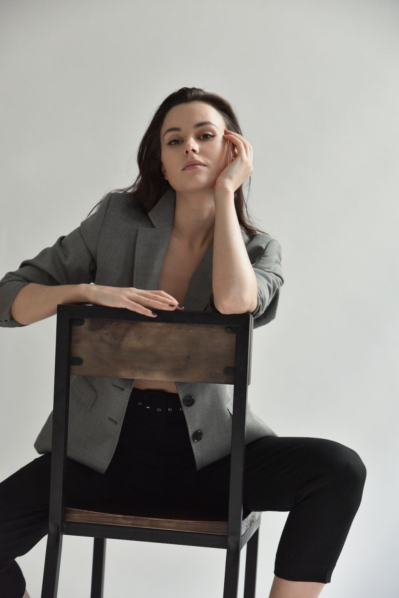 Balistarz-model_Diana-Mihaila-portrait-shoot-on-a-chair-in-a-suit-and-long-pants