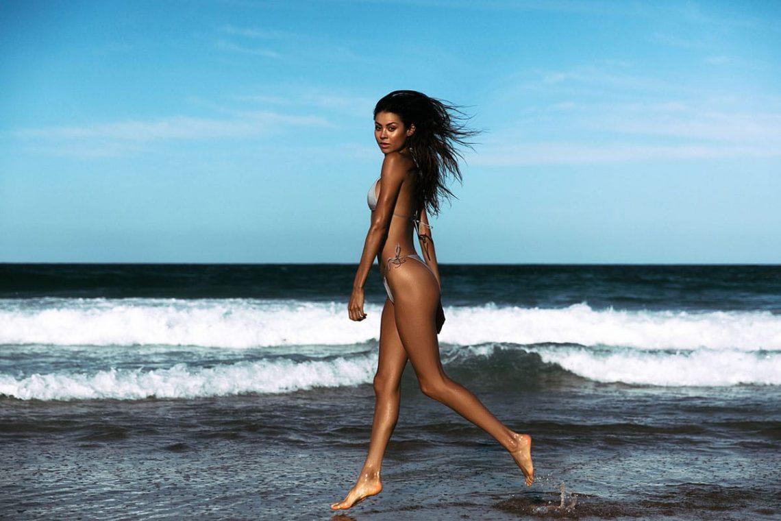 Balistarz-model-Eileen-Cassidy-run-along-the-sea-beach-shot