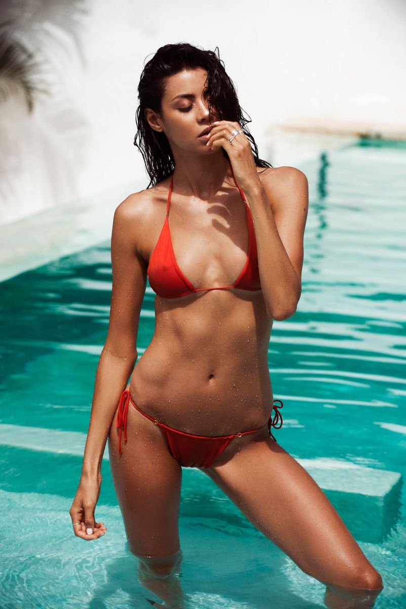Balistarz-model-Eileen-Cassidy-orange-bikini-pool