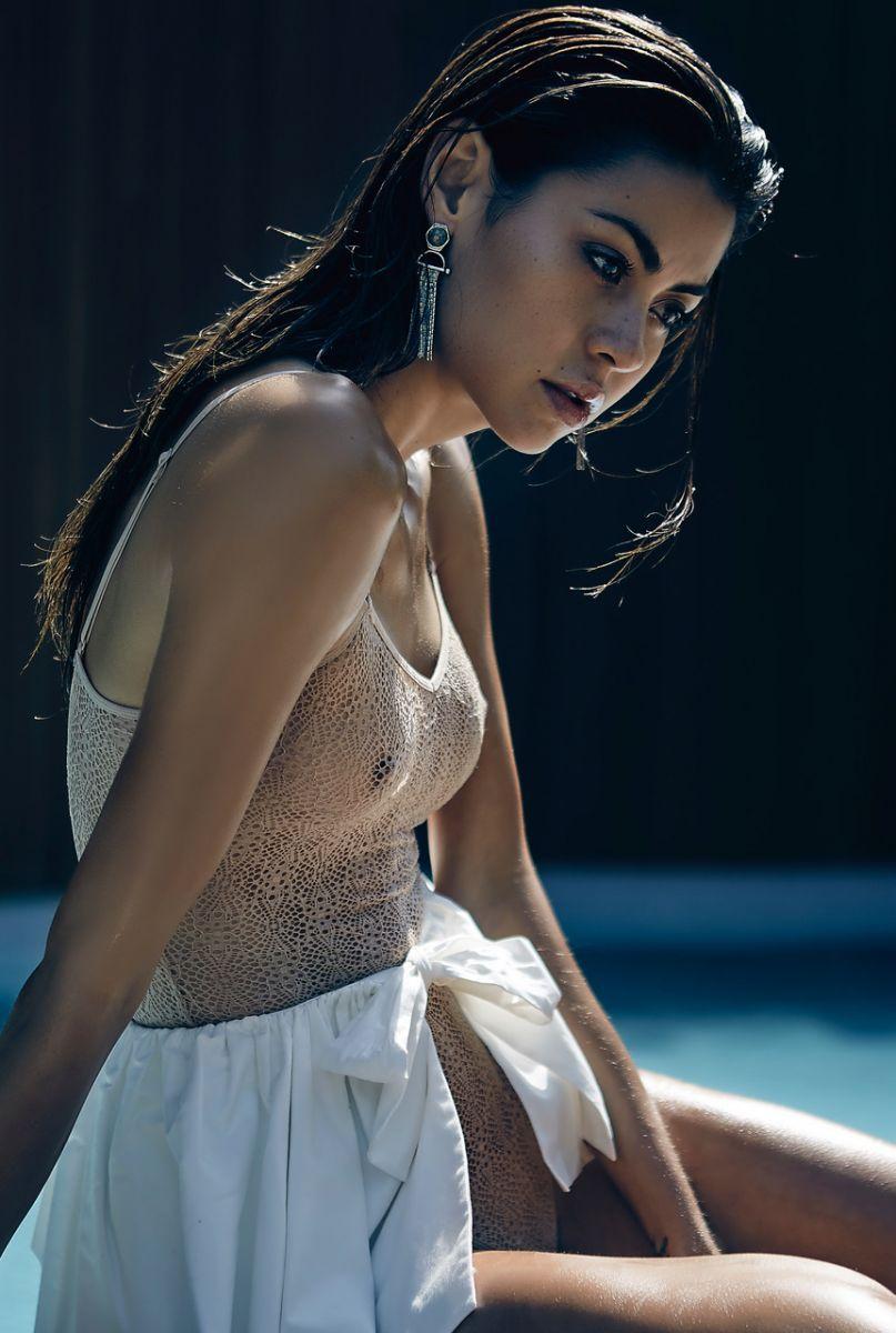 Balistarz-model-Eileen-Cassidy-on-the-poolside