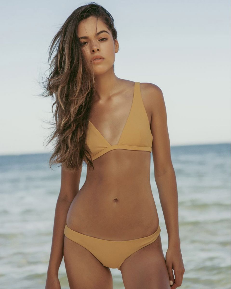 Balistarz-model-Elissa-Burns-natural-portrait-look-in-her-simple-color-bikini