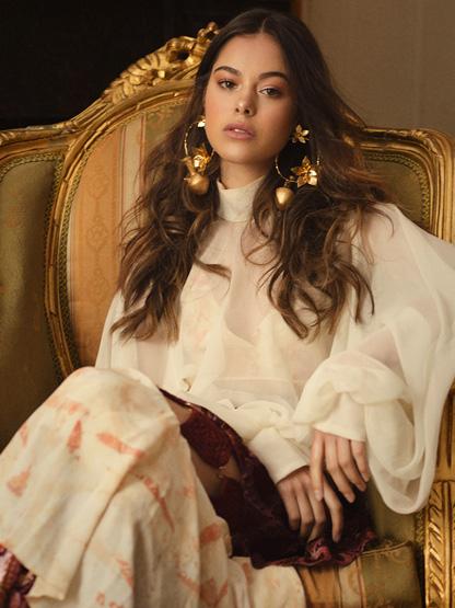 Balistarz-model-Elissa-Burns-portfolio-shot-sitting-on-a-huge-chair-like-a-queen