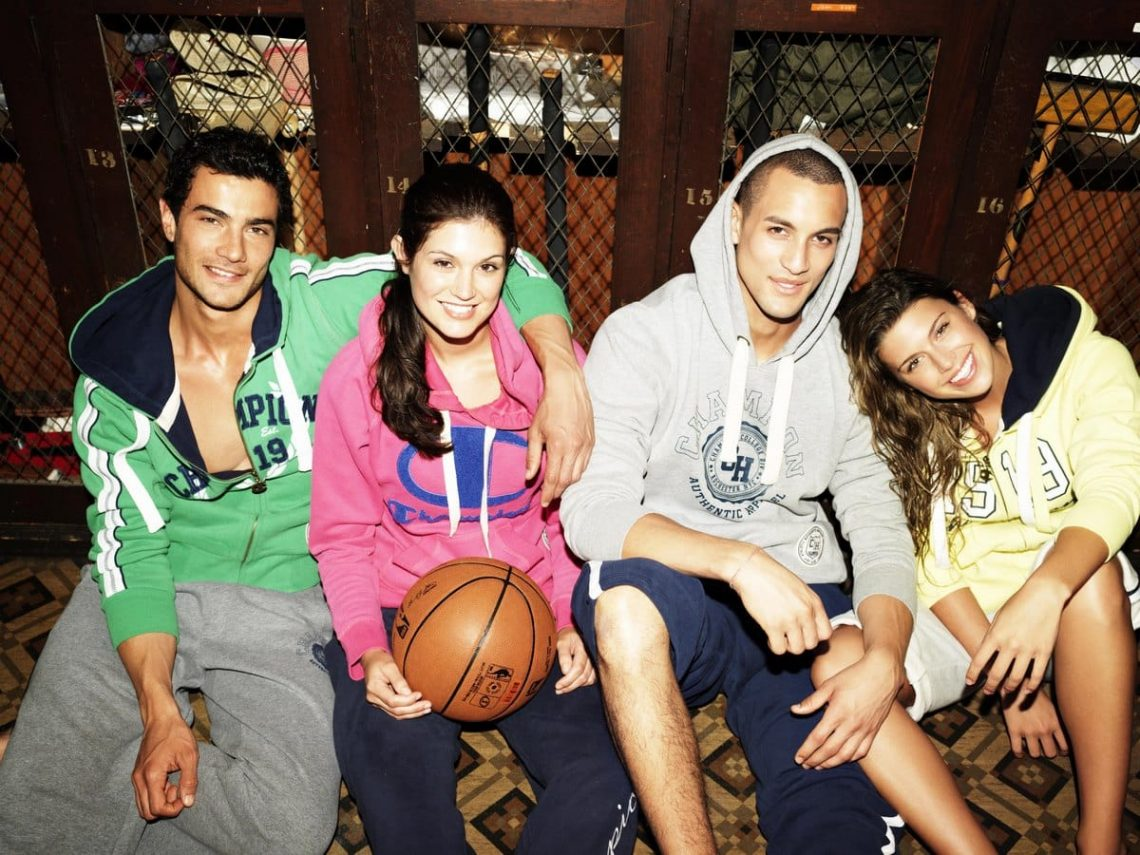 Balistarz-model-Emile-Steenveld-group-photo-with-his-friends-young-and-trendy-style-happy-and-free