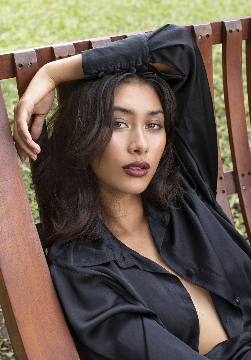 Balistarz-model-Eva-Kandra-portait-shoot-on-a-chair-in-black-clothing