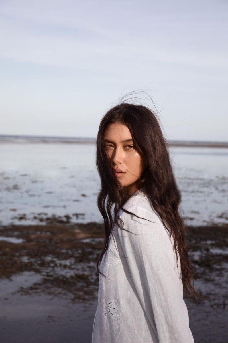 Balistarz-model-Eva-Kandra-beach-portrait-shoot-low-tide-in-white-top