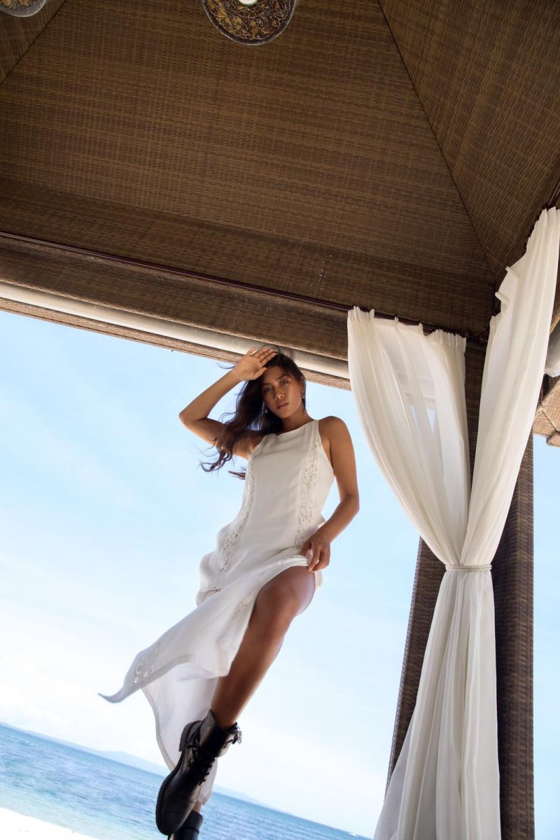 Balistarz-model-Eva-Kandra-portrait-sea-shoot-in-white-casual-dress