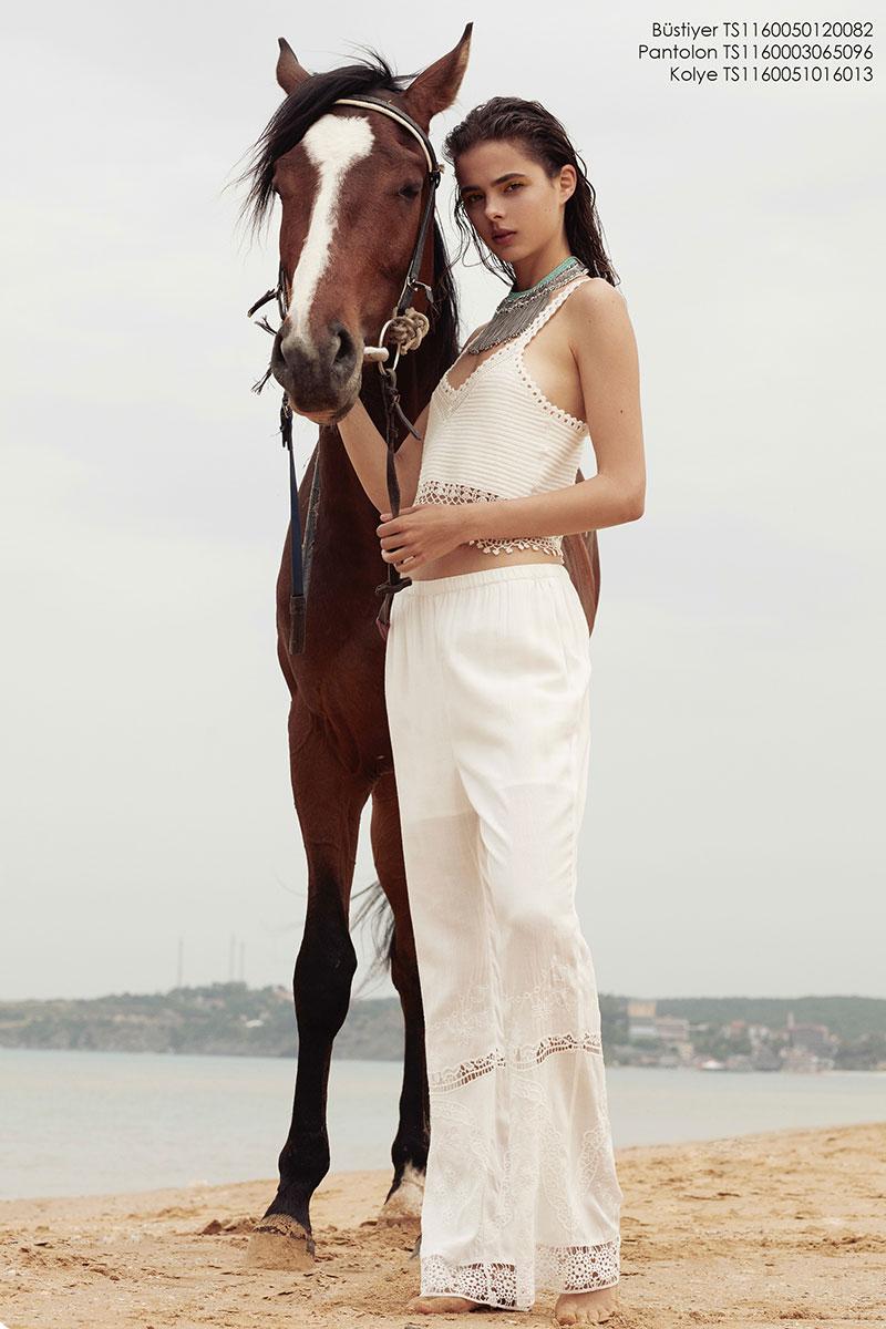 Balistarz-model-Famke-Van-Hagen-fashion-shoot-standing-with-horse-at-the-beach