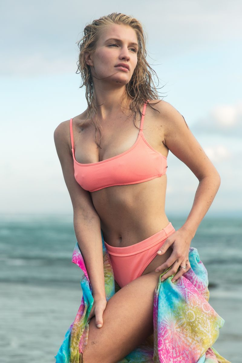 Balistarz-model-Faye-Hoek-portrait-beach-shoot-in-a-pink-swimsuit-and-a-rainbow-sarong