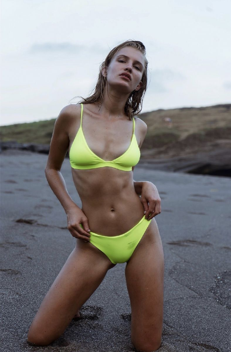 Balistarz-model-Faye-Hoek-portrait-beach-shoot-in-a-lime-bikini-on-the-wet-sand