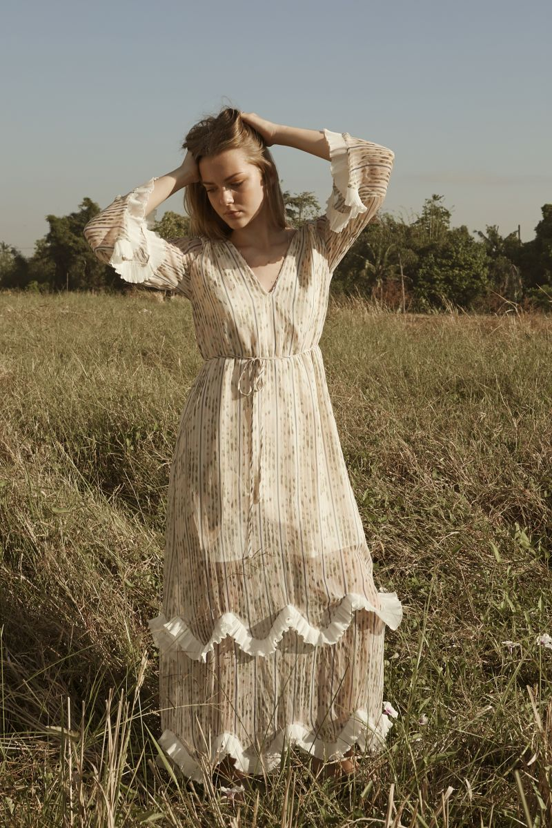 Balistarz-model-India-Rose-fashion-shoot-featuring-long-white-gown-in-the-pasture-2