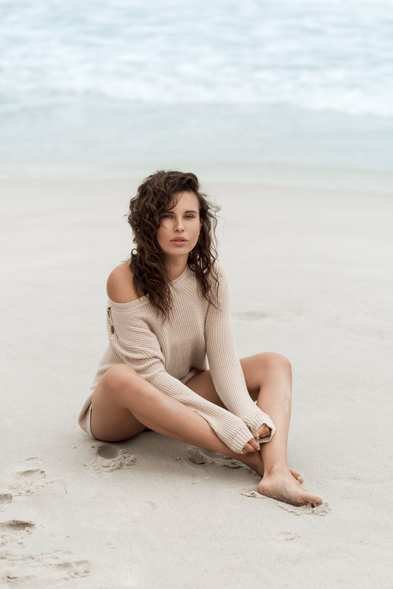 Balistarz-model-Jacqueline-Graba-portrait-shoot-in-a-sweater-on-the-beach