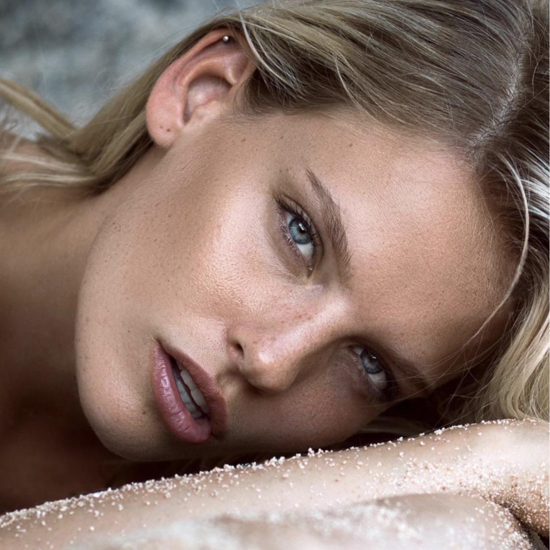 Balistarz-model-Jitte-Cosemans-headshot-landscape-shoot-laying-down