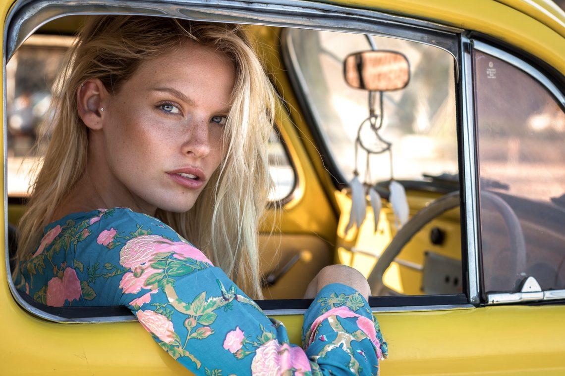 Balistarz-model-Jitte-Cosemans-landscape-shoot-in-a-yellow-car
