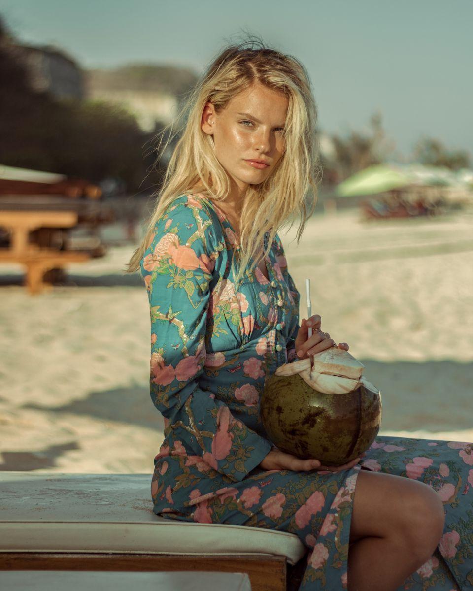 Balistarz-model-Jitte-Cosemans-portrait-beach-shoot-with-a-coconut