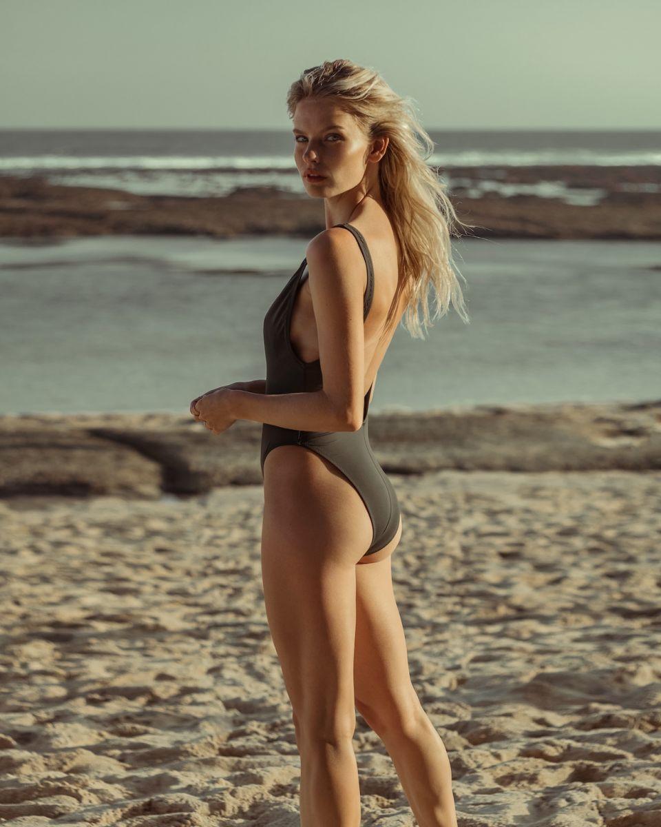 Balistarz-model-Jitte-Cosemans-portrait-beach-shoot-corset-swimsuit-with-low-tide