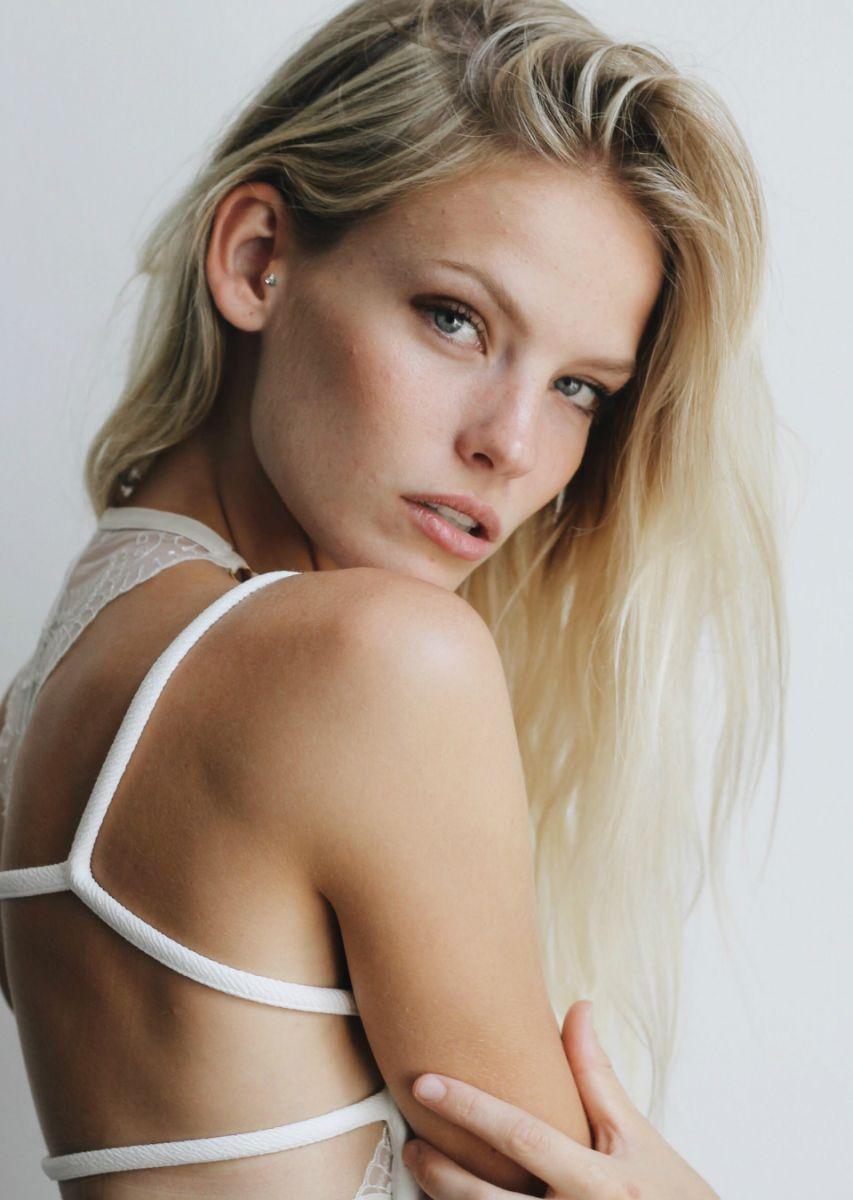 Balistarz-model-Jitt-Cosemans-portrait-shoot-with-white-top